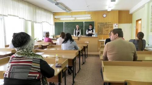В областном центре в школе № 35 родители будущих выпускников сдавали ЕГЭ.